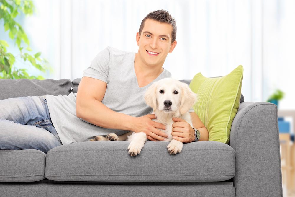 犬を飼う一人暮らしの男性