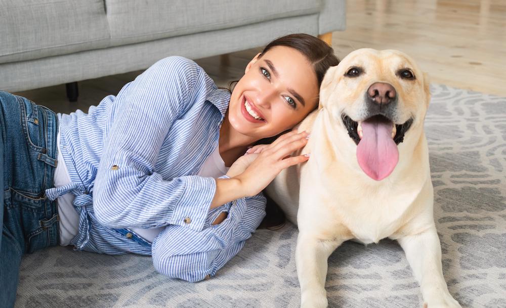 マンションで犬を飼育する女性